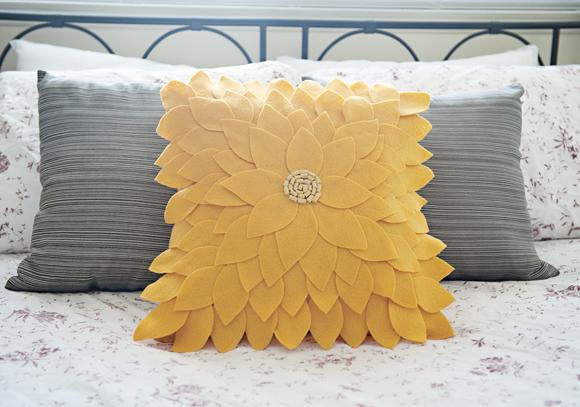 Felt Sunflower Pillow 09 Dekoratif yastık: Çiçek desenli keçe dekoratif yastık nasıl yapılır?