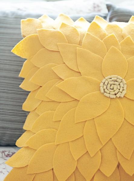 Felt Sunflower Pillow 11 444x600 Dekoratif yastık: Çiçek desenli keçe dekoratif yastık nasıl yapılır?