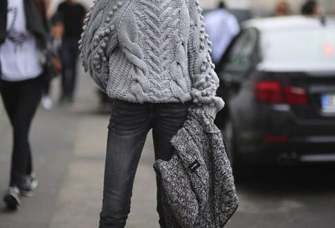 jean pantolon ve bogazli kazak kombini